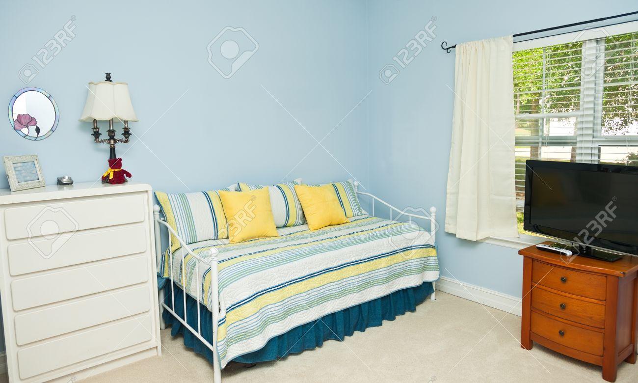 Blau Gefärbte Wände In Einem Schlafzimmer Mit Schlafcouch, TV, Und ...