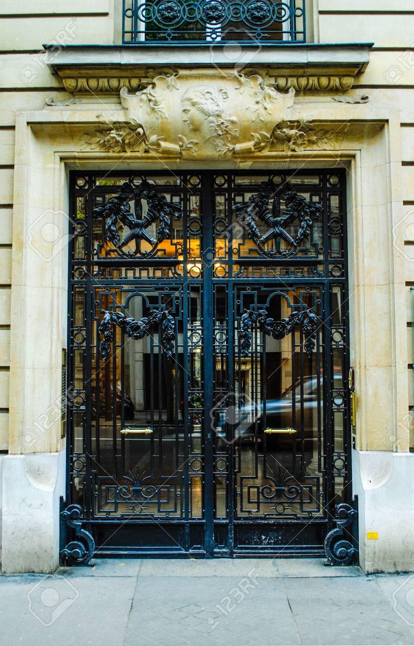 Franzosisch Hauseingang Schone Holztur In Paris Lizenzfreie Fotos