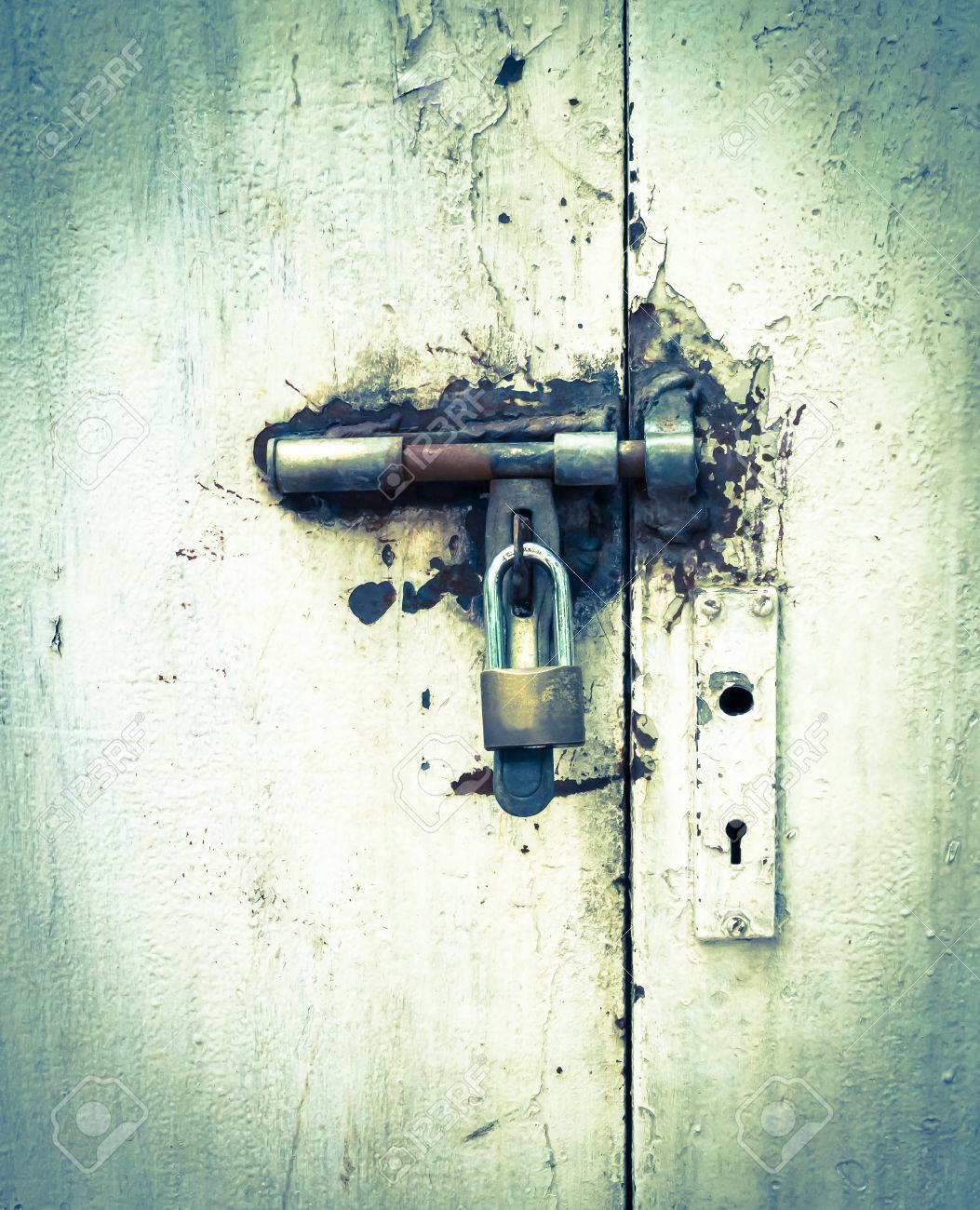 Old door locked Stock Photo - 29174716