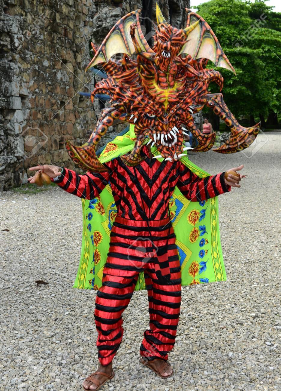 Panama Hombre Vestido Con Ropa Tradicional Y Baile Mascara Para