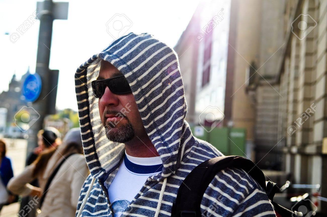 La À Moyen Âge Avec Homme De Portant Dos Une Voyager Sac Cagoule Ville QrshCtdx