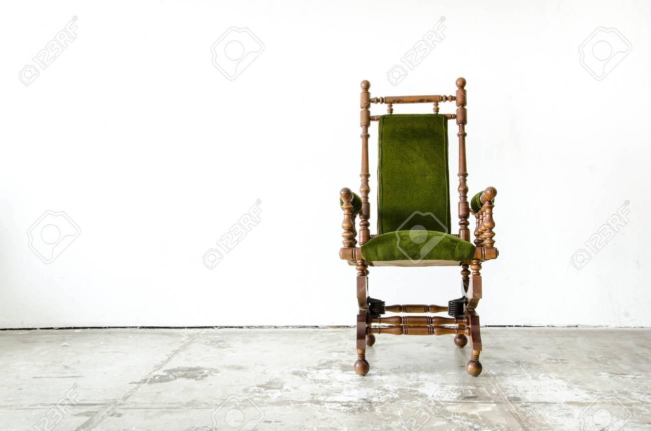 Sedie A Dondolo Depoca : Classico stile sedia a dondolo con lana verde su sfondo