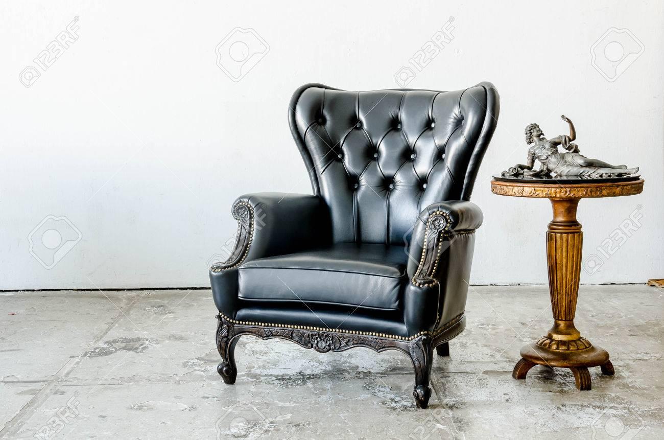Noir véritable canapé en cuir de style classique dans la chambre