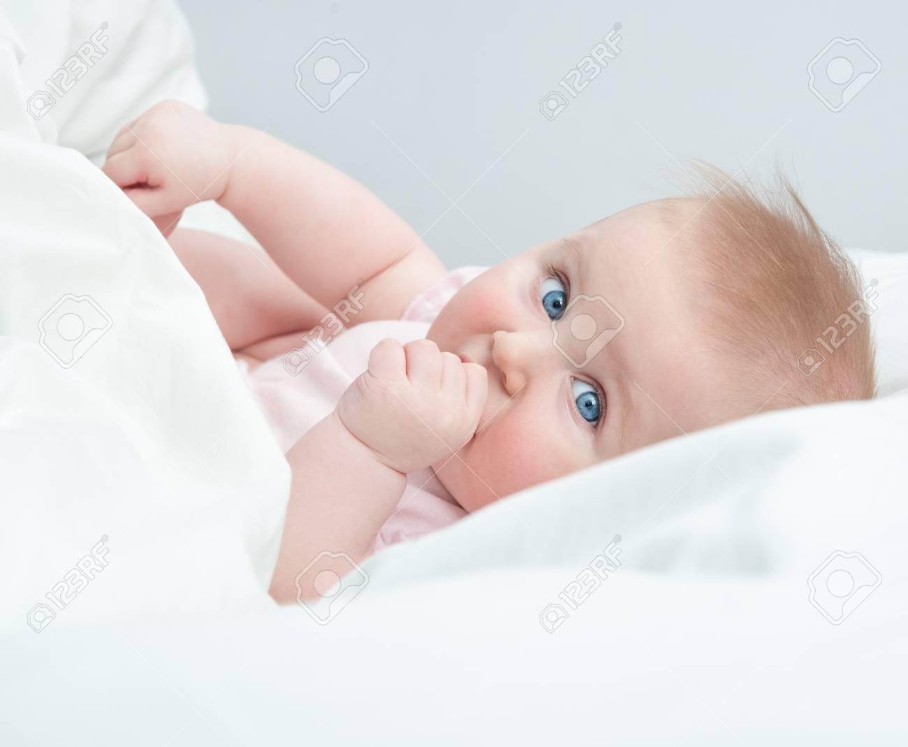 Hermoso Bebé Se Chupa El Dedo En La Cama Fotos, Retratos, Imágenes Y ...