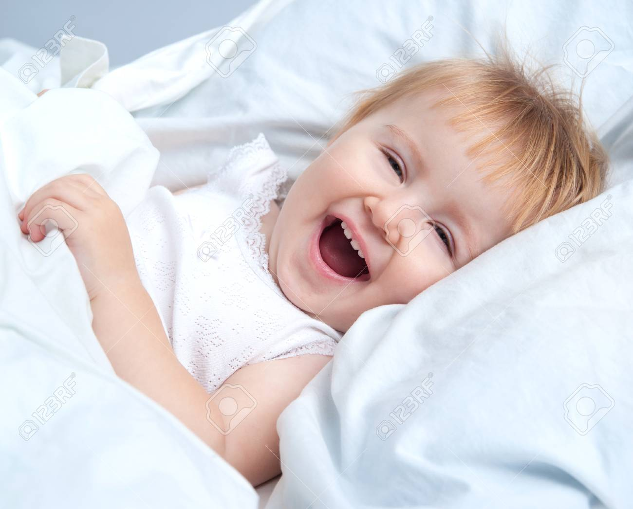Hermoso Bebé Acostado En Una Cama Y Sonriendo Fotos, Retratos ...