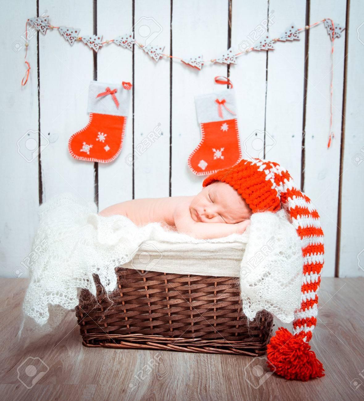 Cute newborn baby sleeps in a santa claus hat close-up - 32252212