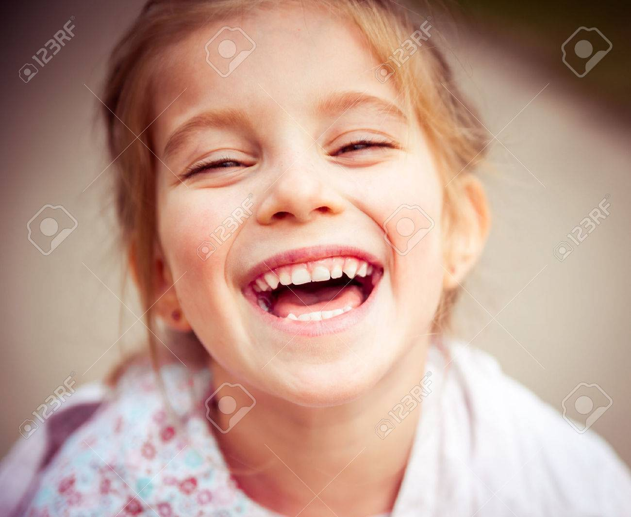 Portrait of a beautiful happy liitle girl close-up - 43021490