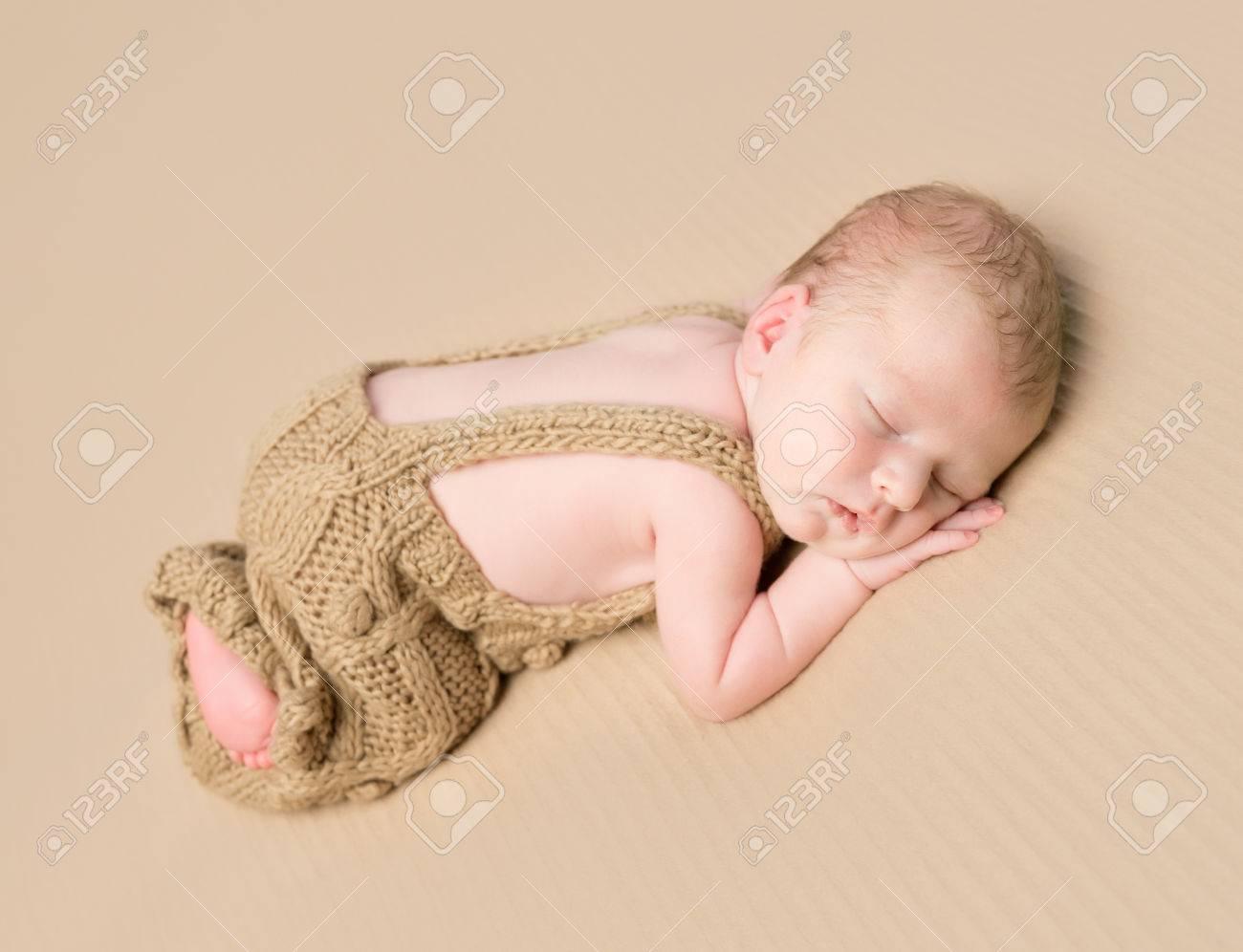 Schöne Neugeborenes Baby In Gestrickter Overall Auf Dem Bauch