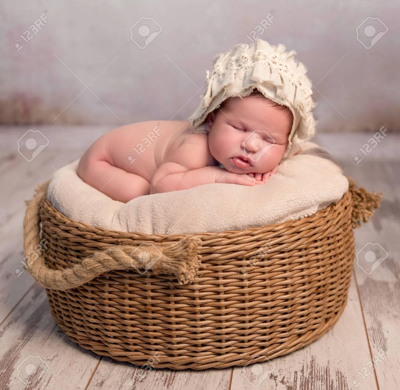 Canasta Para Bebe Recien Nacido.Bebe Recien Nacido Lindo Con Sombrero Para Dormir En Cesta De Mimbre