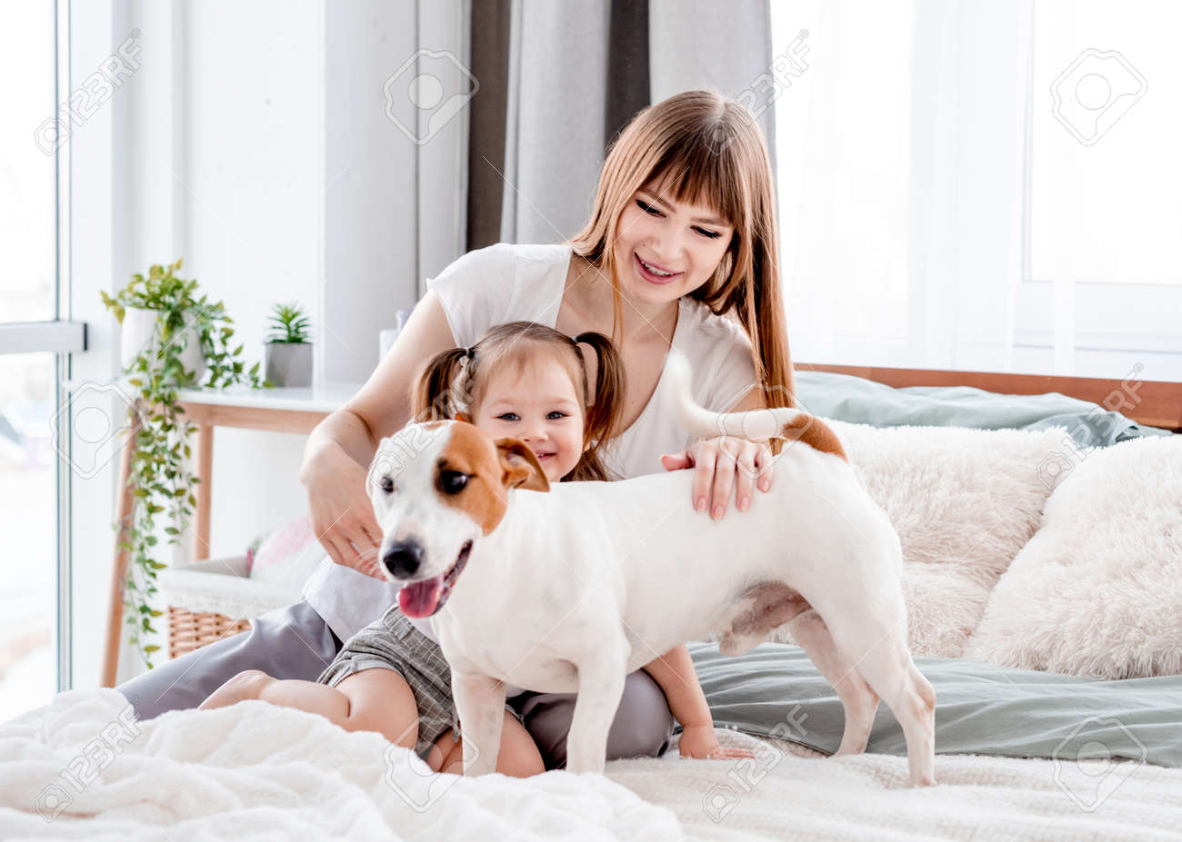 Mother with daughter and dog in the bed - 172489333