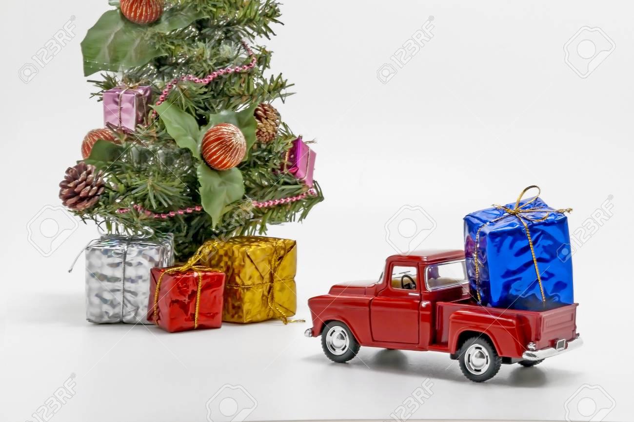Une Porte Un Voiture Boîte Cadeau Arbre Rétro Noël Avec De Rouge Jouet Pour PnwO80k