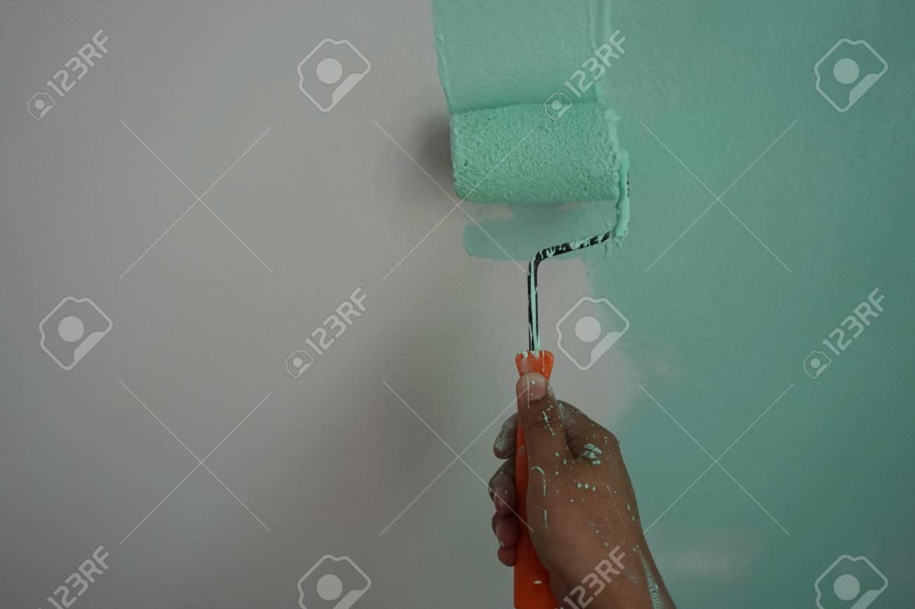 close up maler verwendet rolle für das grün an wand malen