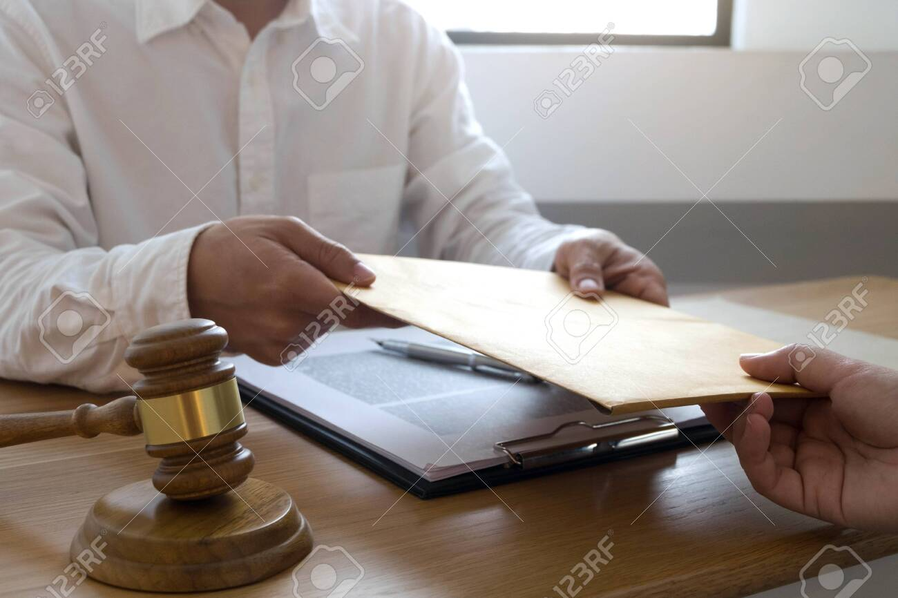 Lawyer send a contract documents to client in office. consultant lawyer, attorney, court judge, concept. - 123955908