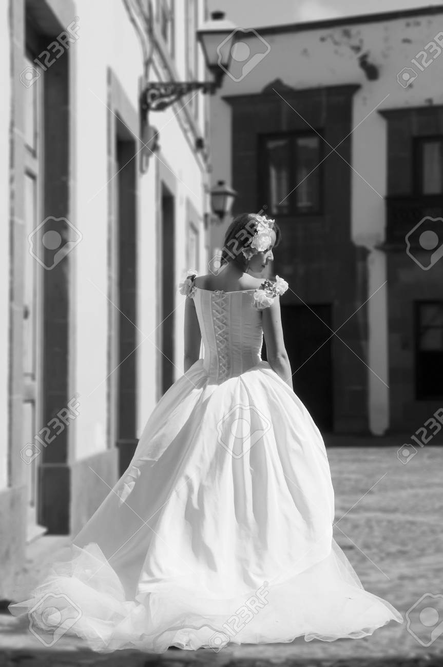 beautiful bride in a town Stock Photo - 21819189