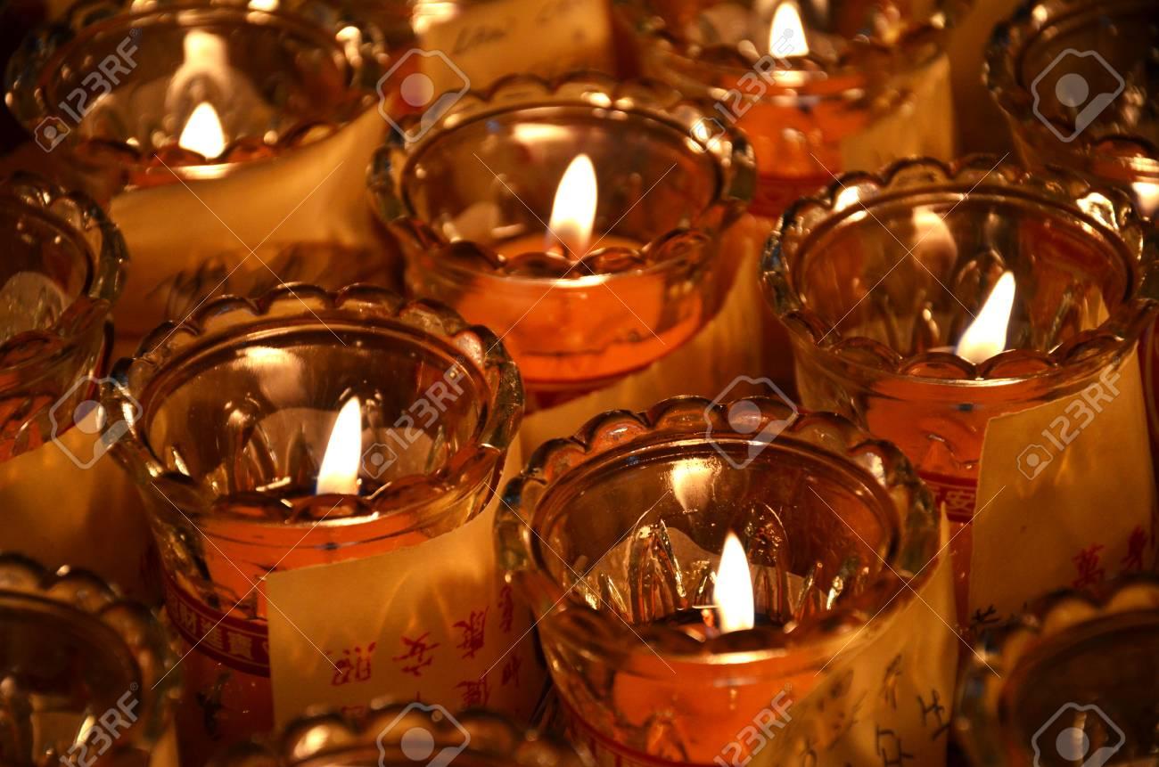 Kronleuchter In Rot ~ Kirche kerzen in rot transparent kronleuchter stockfoto bild