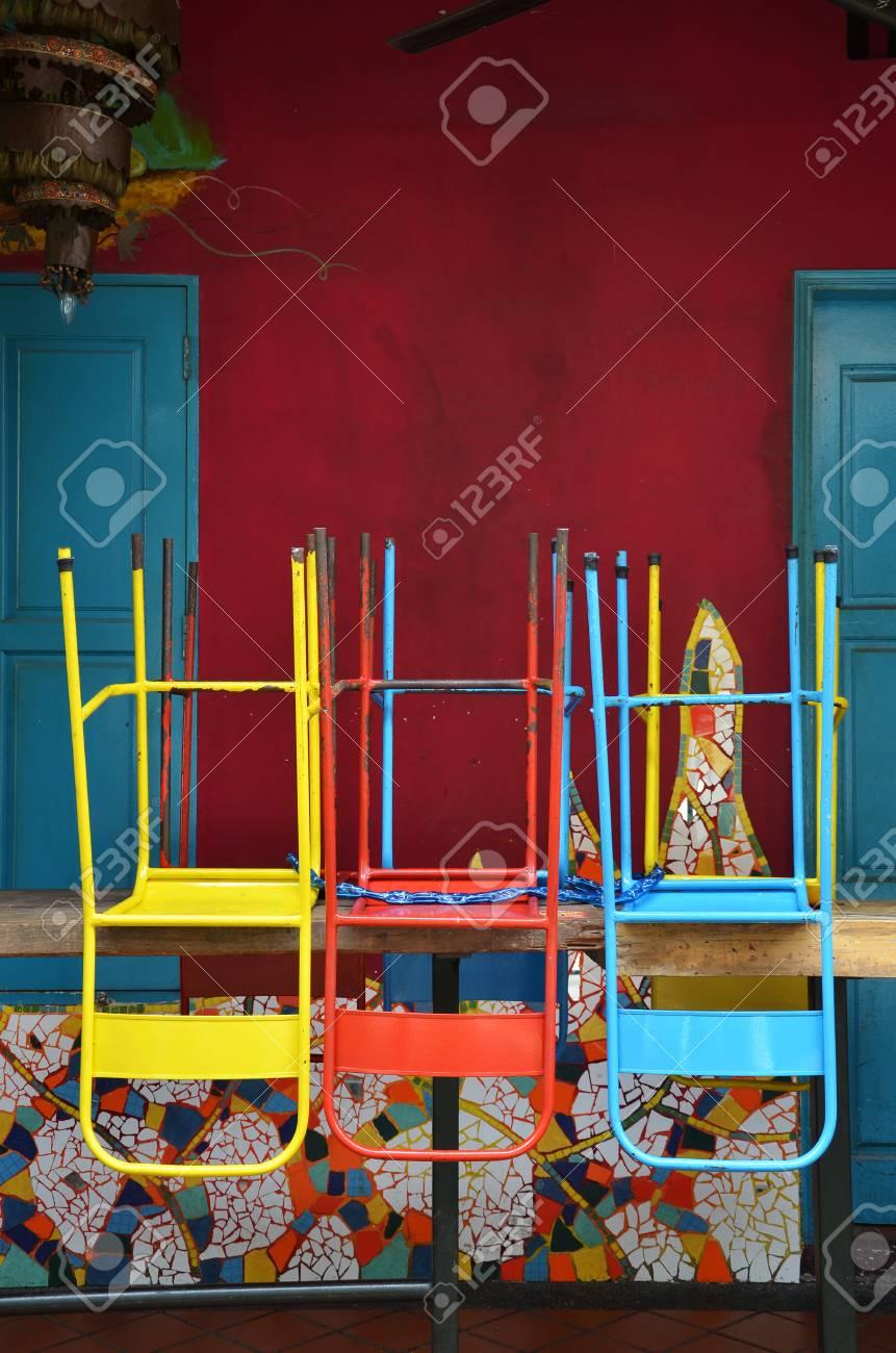 De MagasinSingapour Face Colorées Sur En Une Bois Chaises Table L'ancien WH2YEDe9Ib