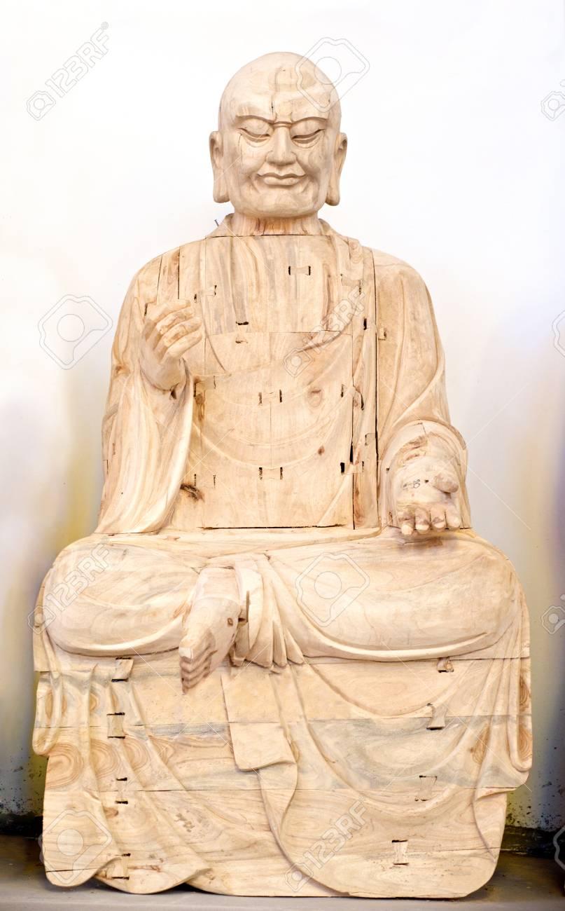 holz buddha im gebet in weiss standard bild 28256933
