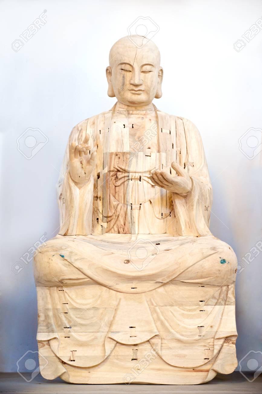 holz buddha im gebet in weiss standard bild 28256935