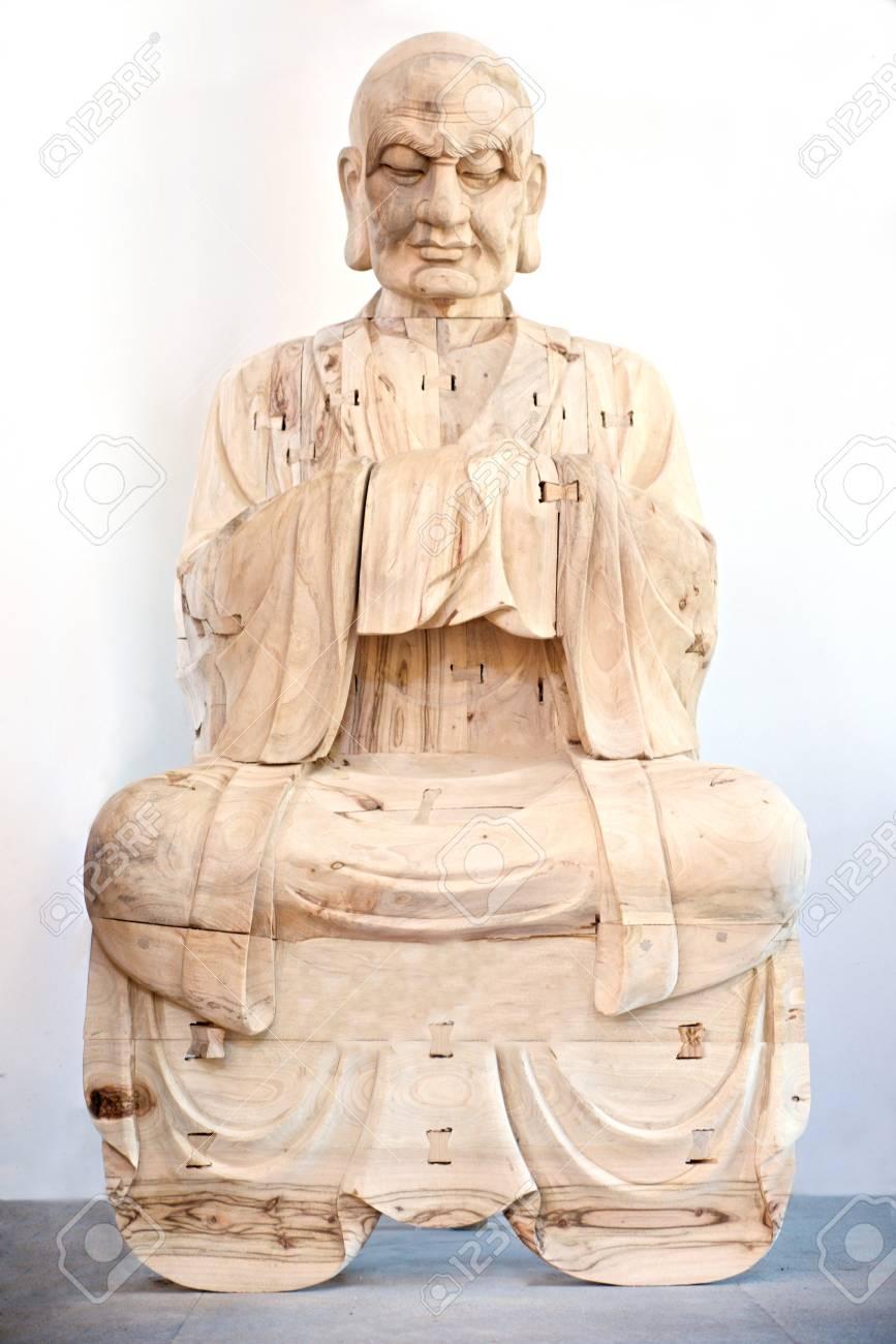 holz buddha im gebet in weiss standard bild 28256936