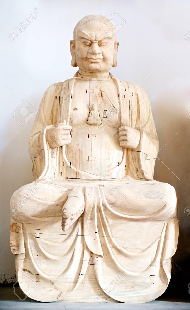 holz buddha im gebet in weiss standard bild 28256938