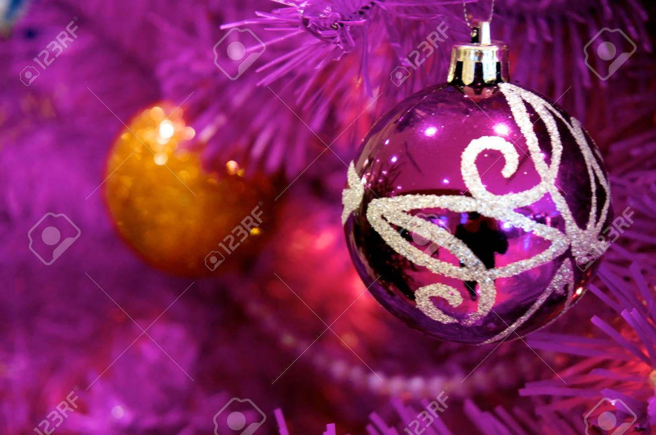 violet boule de noël sur l'arbre violet banque d'images et photos