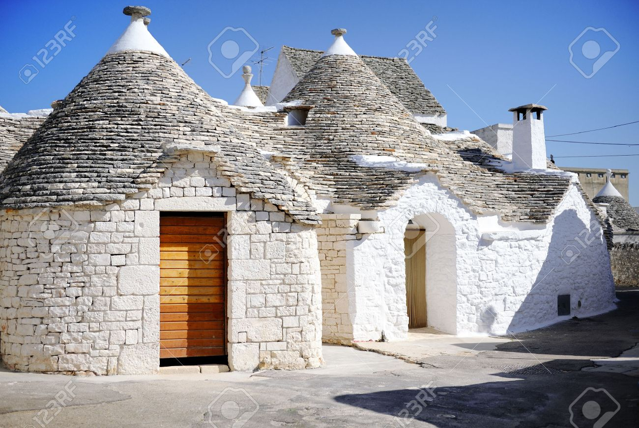 Typical trulli houses with conical roof in Alberobello, Apulia, southern Italy - 23324787