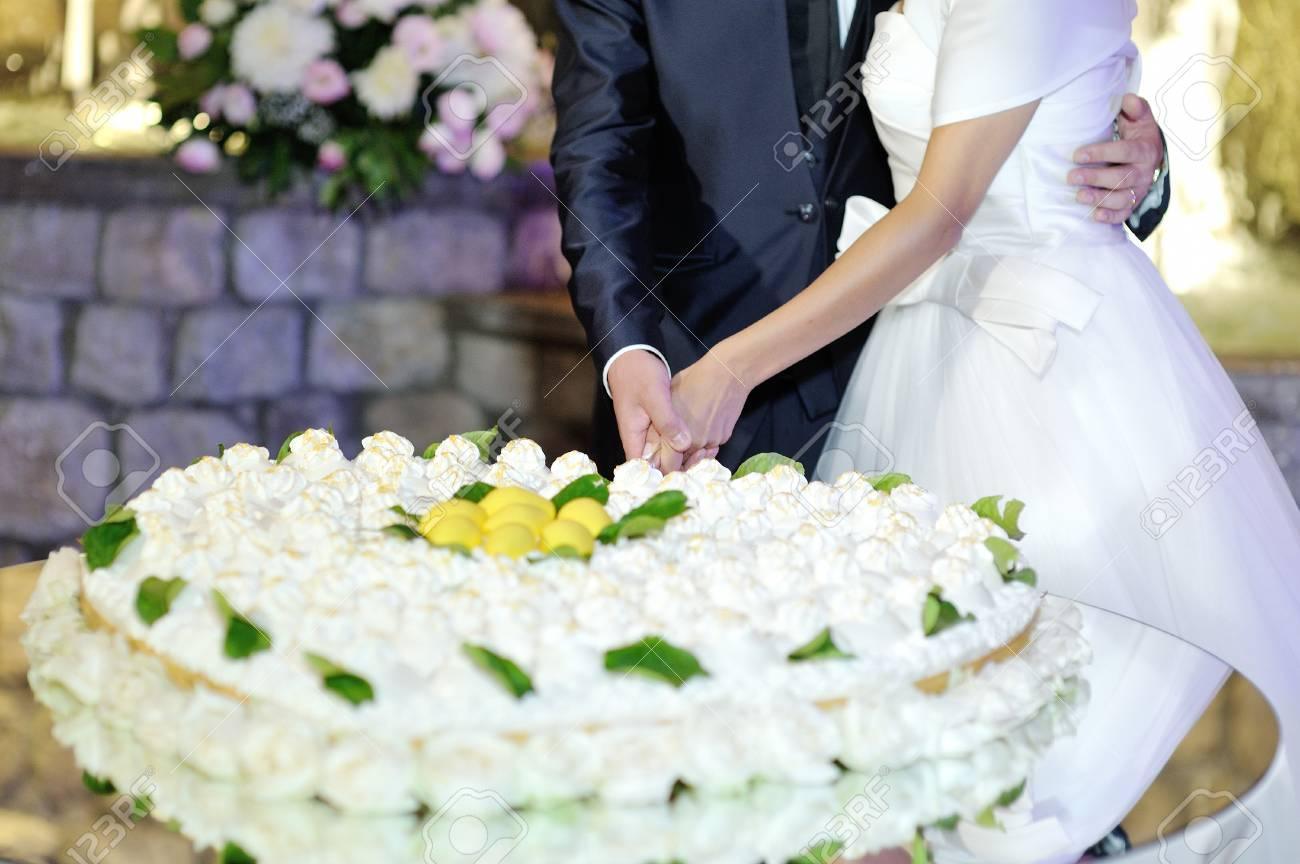 Mariée Et Le Marié Coupe Le Gâteau De Mariage En Forme De Coeur à La Réception De Mariage
