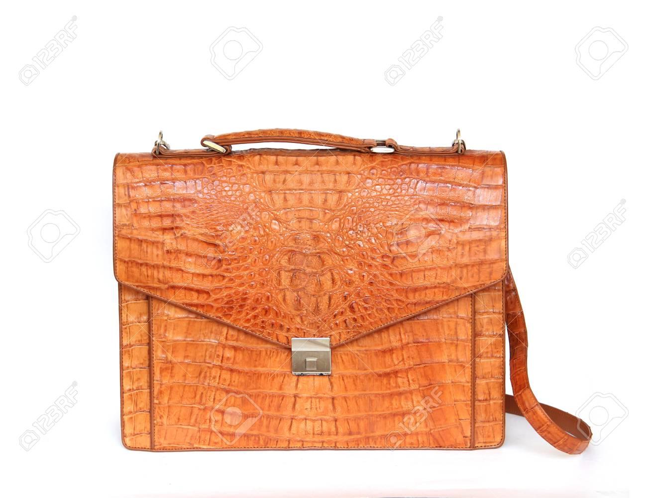 18f23e4dc Bolso de cuero marrón cocodrilo para mujer o hombre sobre fondo blanco Foto  de archivo -