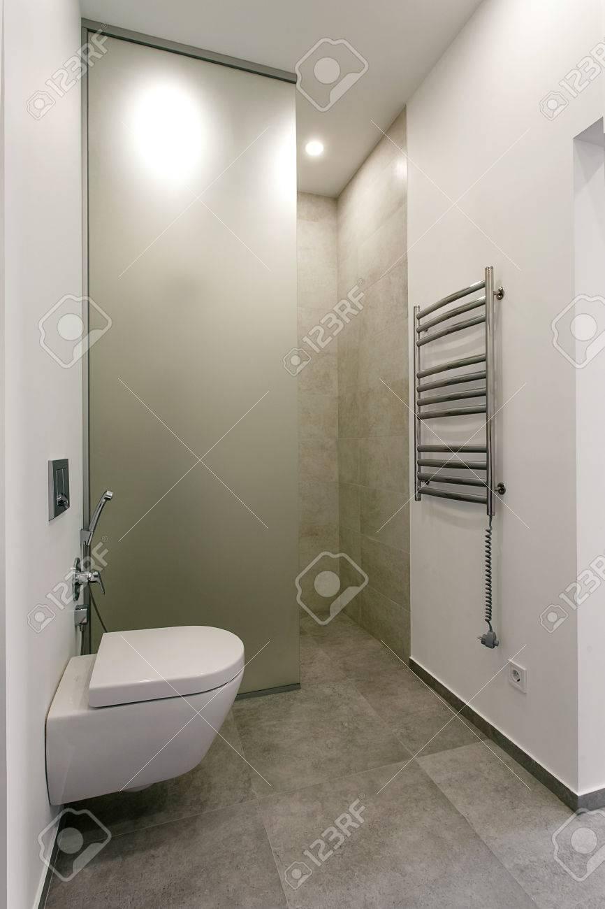 Intérieur moderne d\'une salle de bains avec douche et chauffe