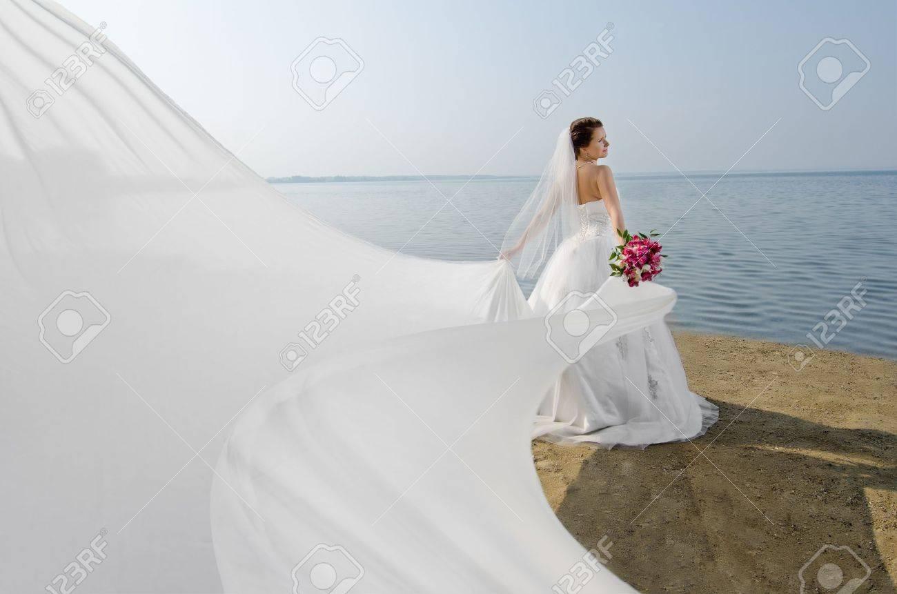 Schöne Braut In Weißen Brautkleid Und Großen Langen Weißen Zug, An ...
