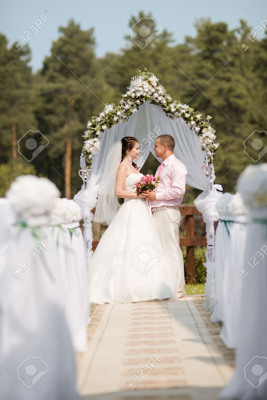 mariage en plein air heureux couple nouvellement marié sur la célébration du mariage, en