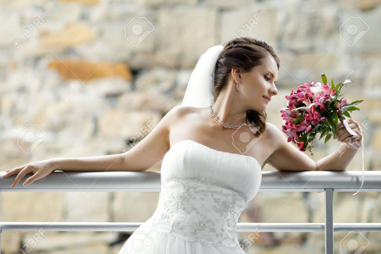 Horizontale Hochzeit Porträt Schöne Verlobte Mit Blumenstrauß Im ...