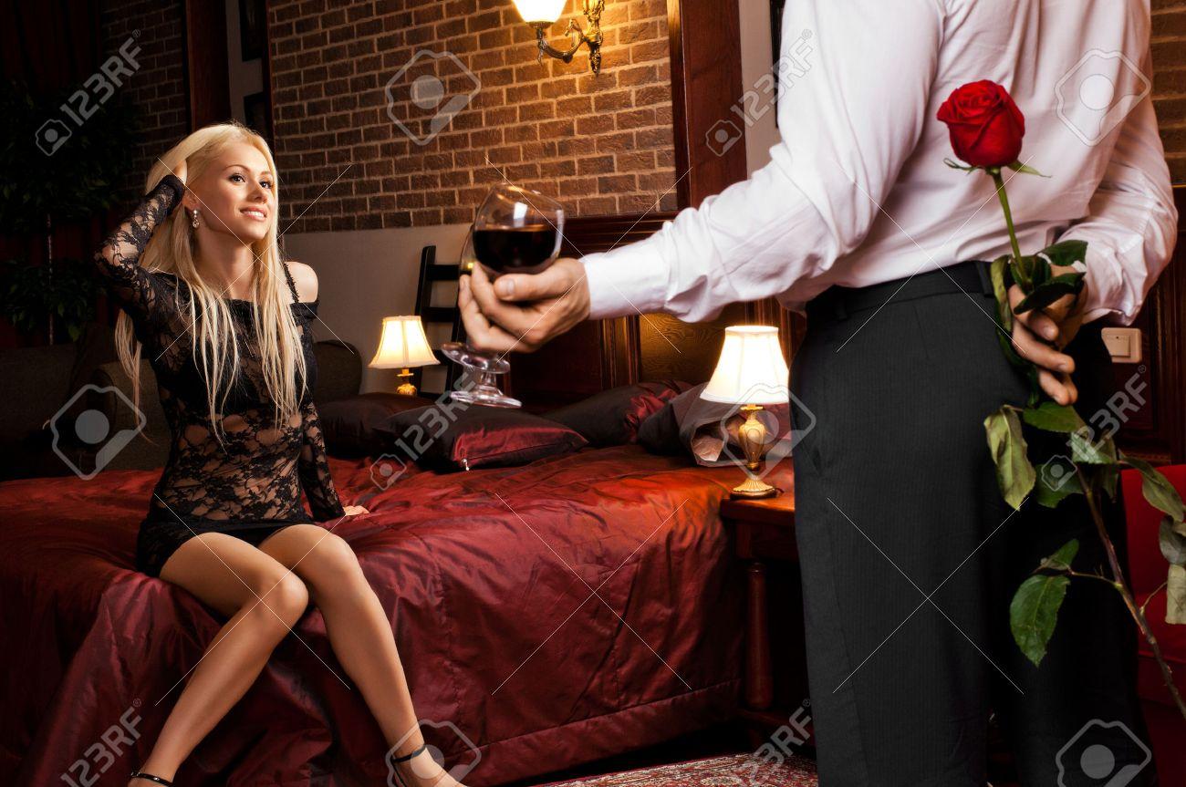 Data Di Serata Romantica In Camera D'albergo, Ragazzo Con La ...
