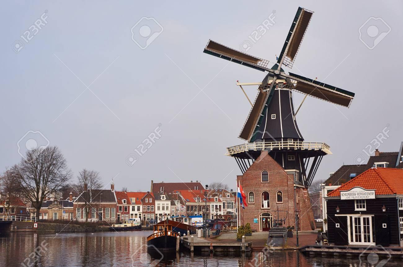 ハールレム、オランダの風車 の...