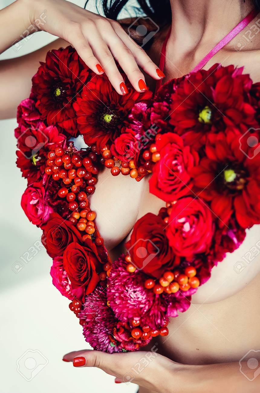 Ramo De Flores En Forma De Corazón Flores Rojas Del Corazón Sobre