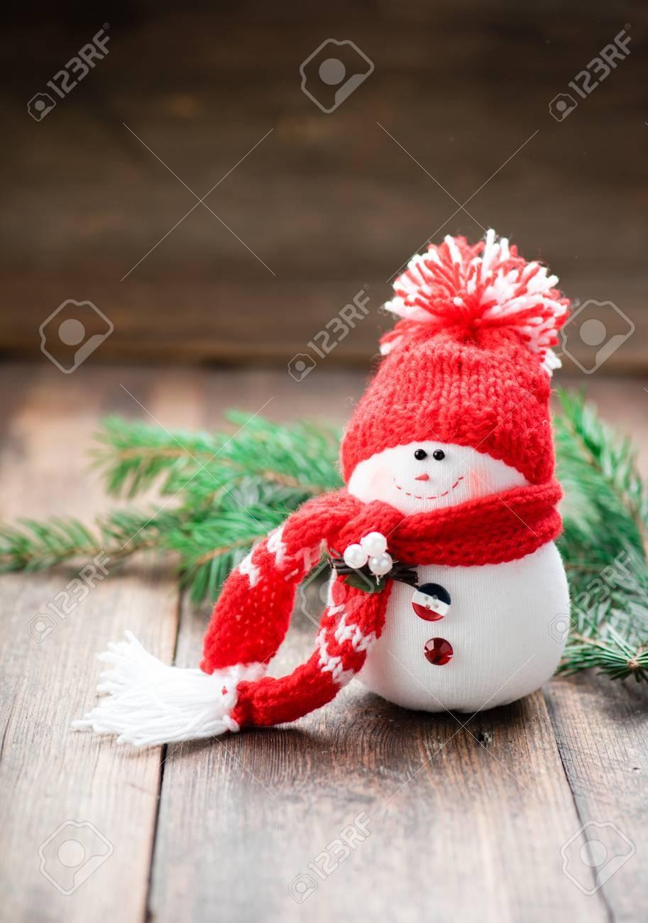 Bonhomme de neige sur la table en bois. Décoration de Noël. Copier l\u0027espace.