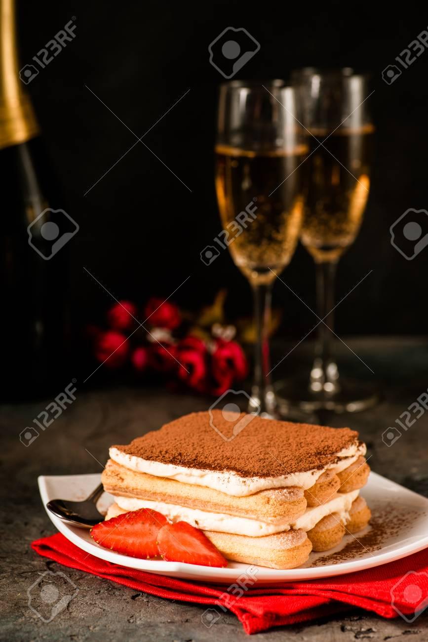 San Valentino Tavolo.Tiramisu Con Fragola E Bicchieri Di Champagne Sul Tavolo Concetto Di San Valentino Stile Morbido Scuro
