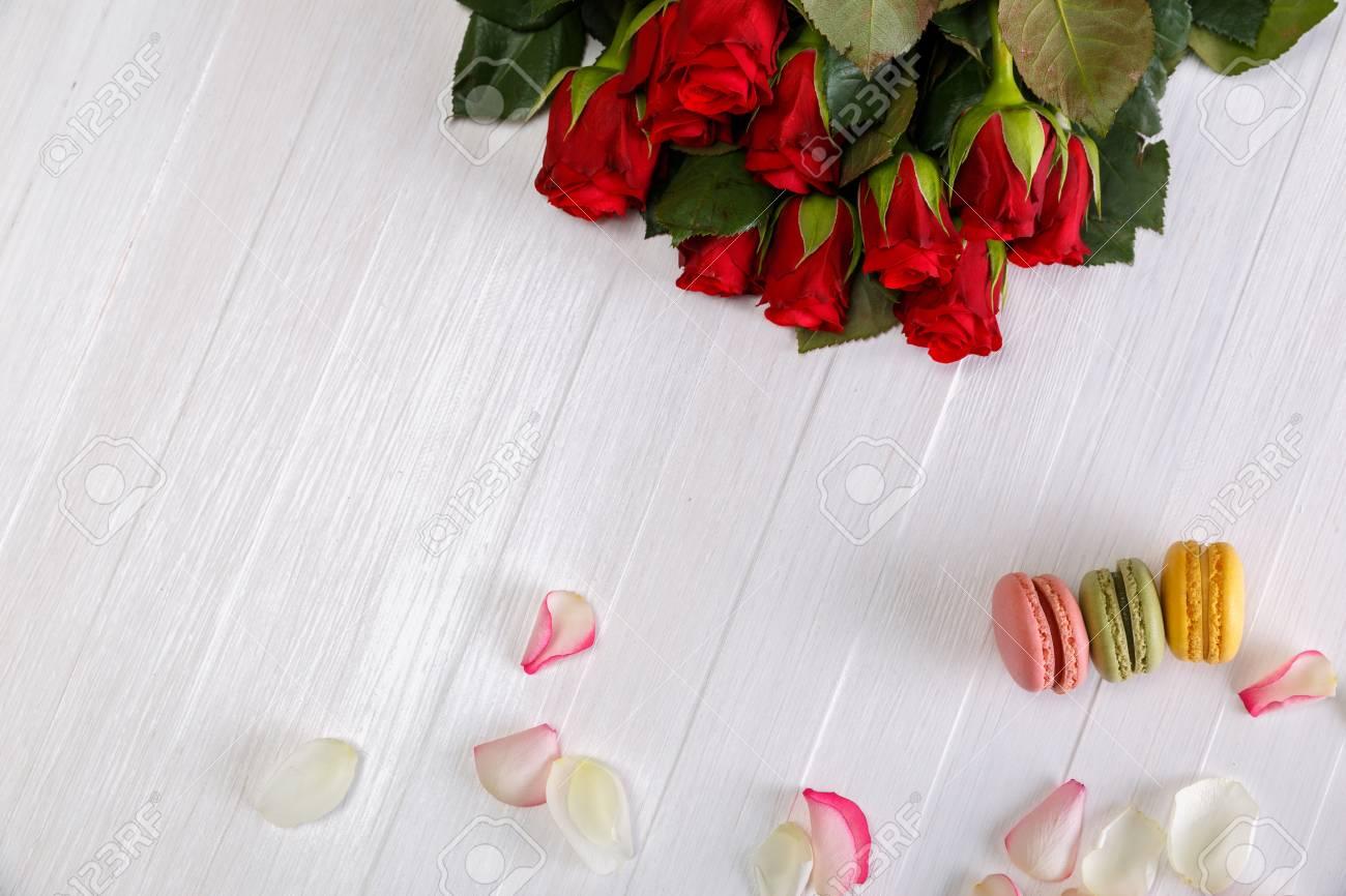 Makronen Backt Mit Blumenstrauss Von Roten Rosen Zusammen