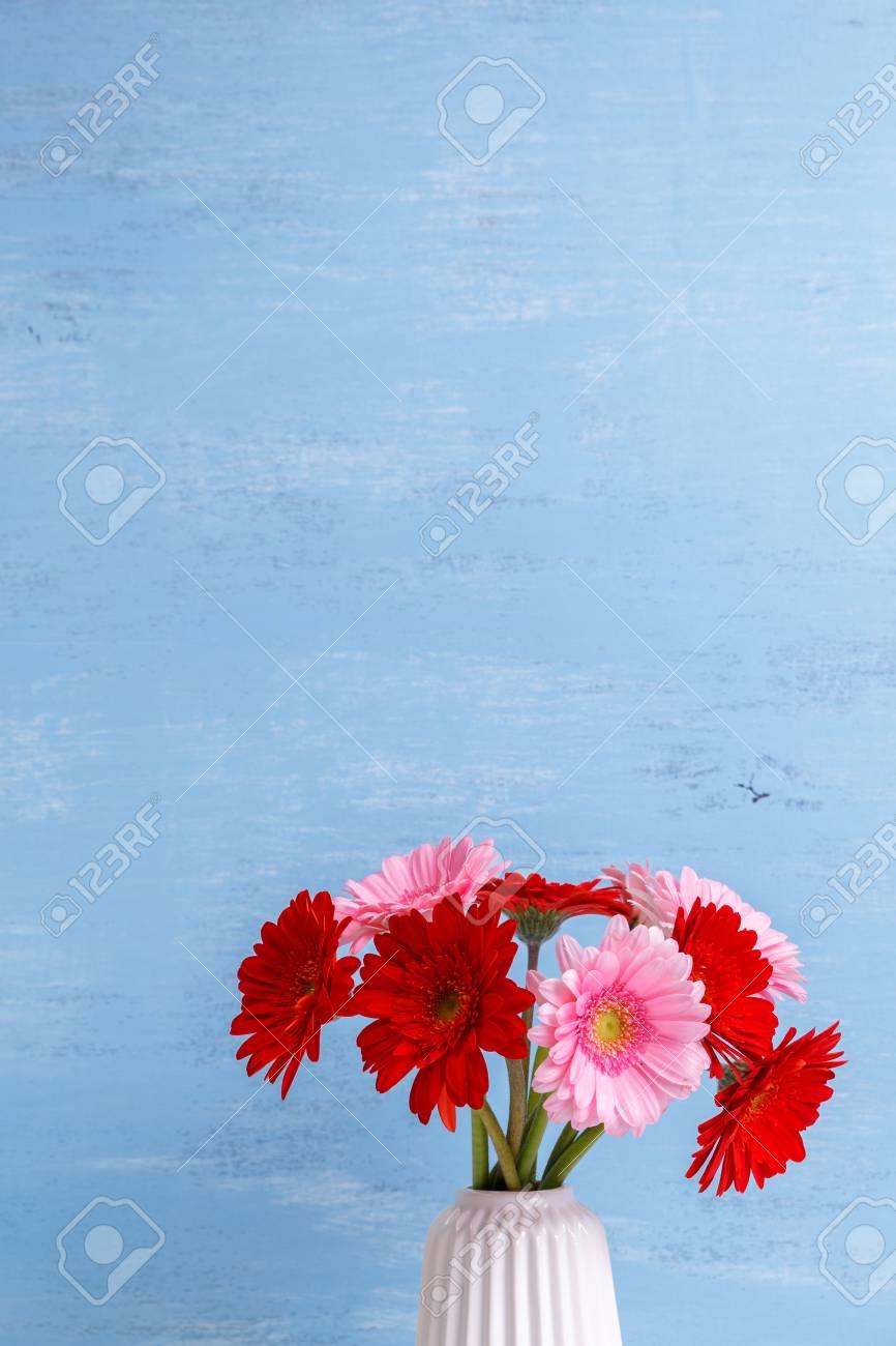 Gerbera Blumen In Vase Auf Blauem Holz Vintage Hintergrund 8 Marz