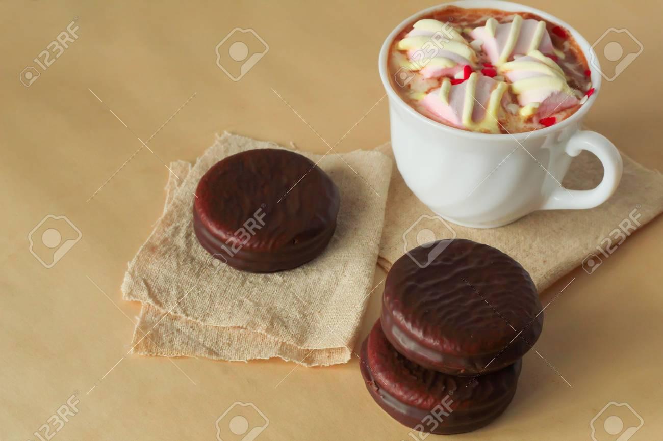 Kostliche Mini Kuchen Mit Schokolade Und Heissen Kakao Mit