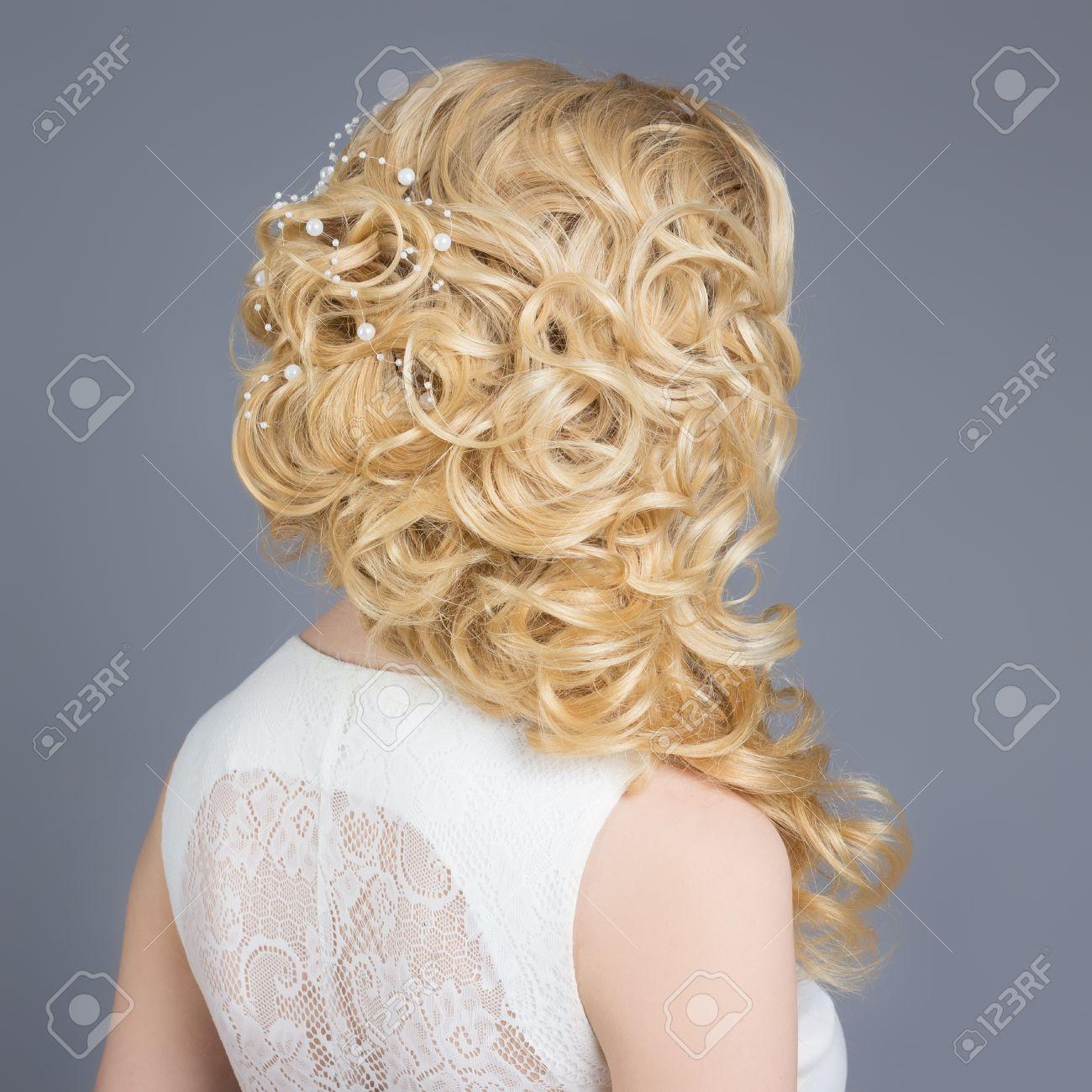 Belle Jeune Fille à Limage De La Mariée Belle Coiffure De Mariage Avec Des Fleurs Dans Les Cheveux Coiffure Pour Mariée