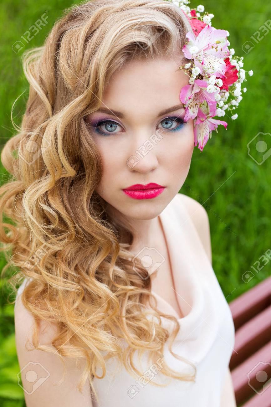 Schön Zart Süße Mädchen In Einem Weißen Kleid Mit Einer Hochzeit