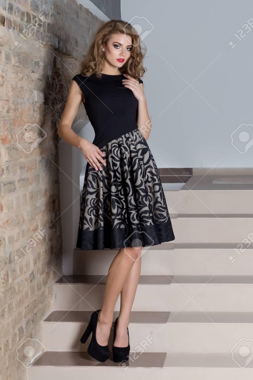 9184561b51 Foto de archivo - Hermosa mujer sexy elegante con maquillaje brillante en  un vestido de noche para el evento