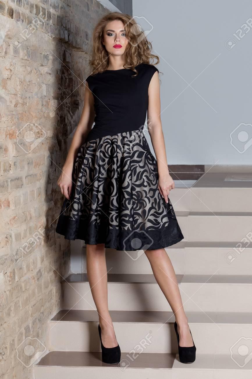 14797cfb2e2 ... femme élégante sexy avec maquillage lumineux dans une robe de soirée  pour l événement