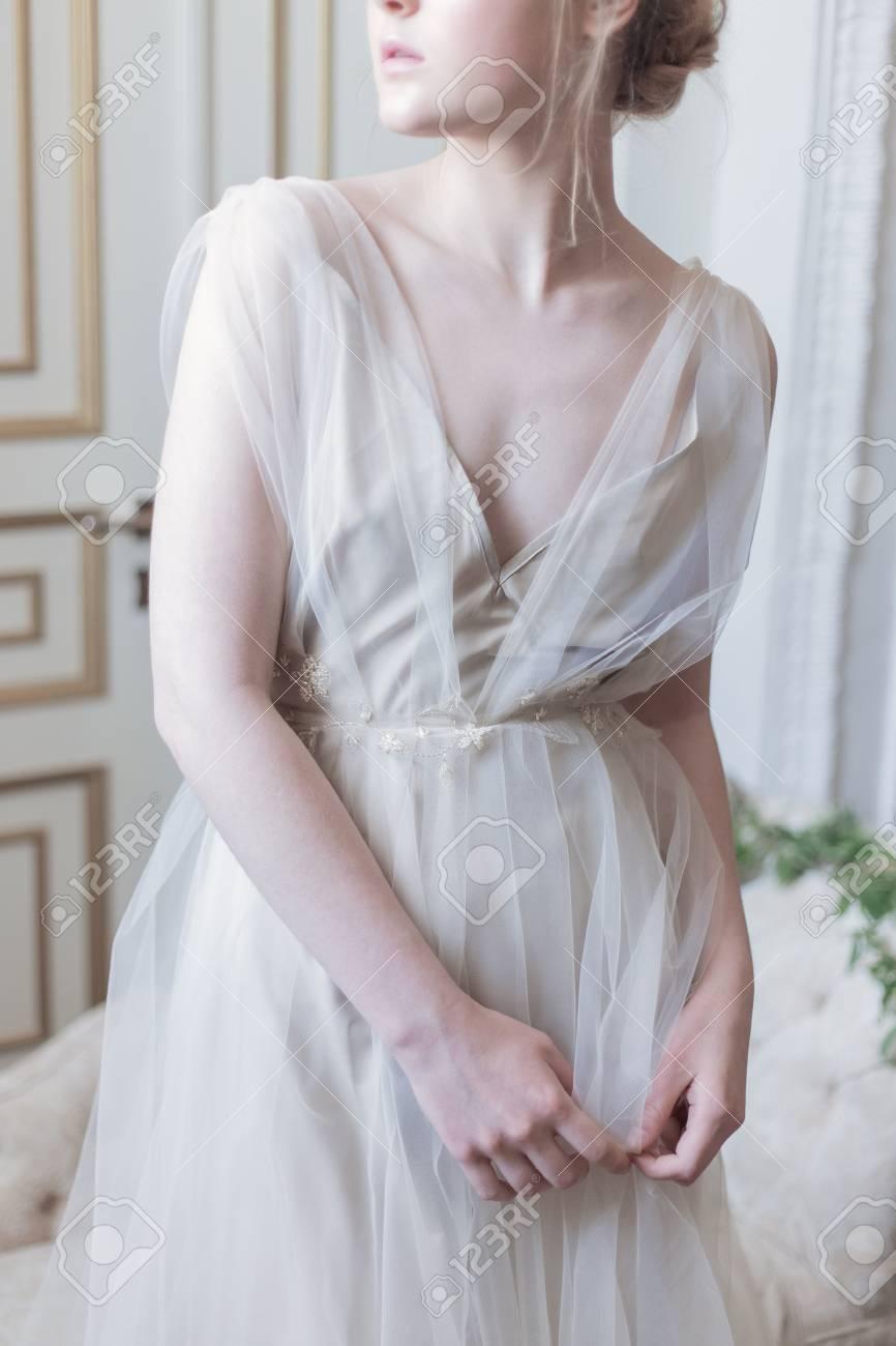 Schöne Junge Mädchen Braut In Einem Schönen Luftigen Kleid In Beige ...