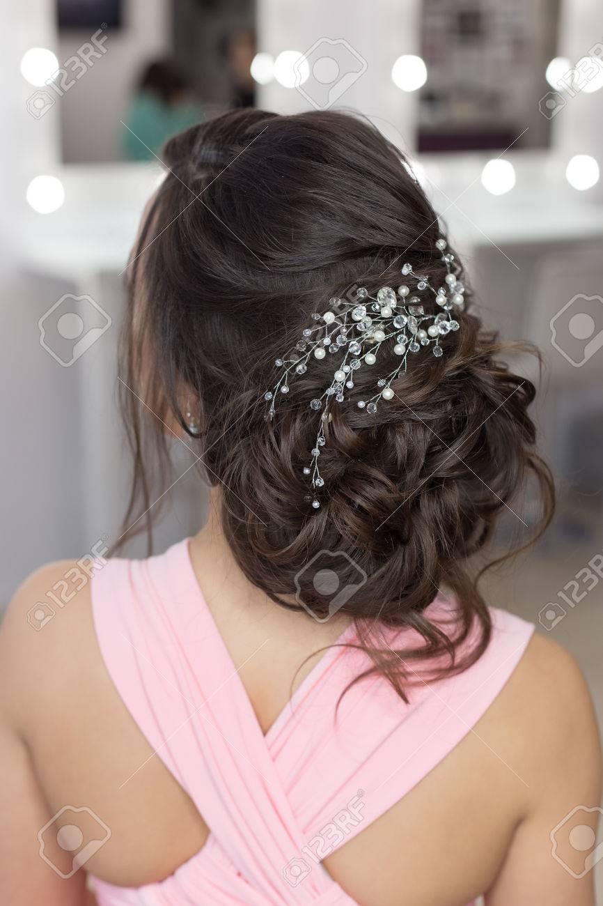 Belle Elegante Coiffure Du Soir Sur Les Cheveux Noirs Belle Fille