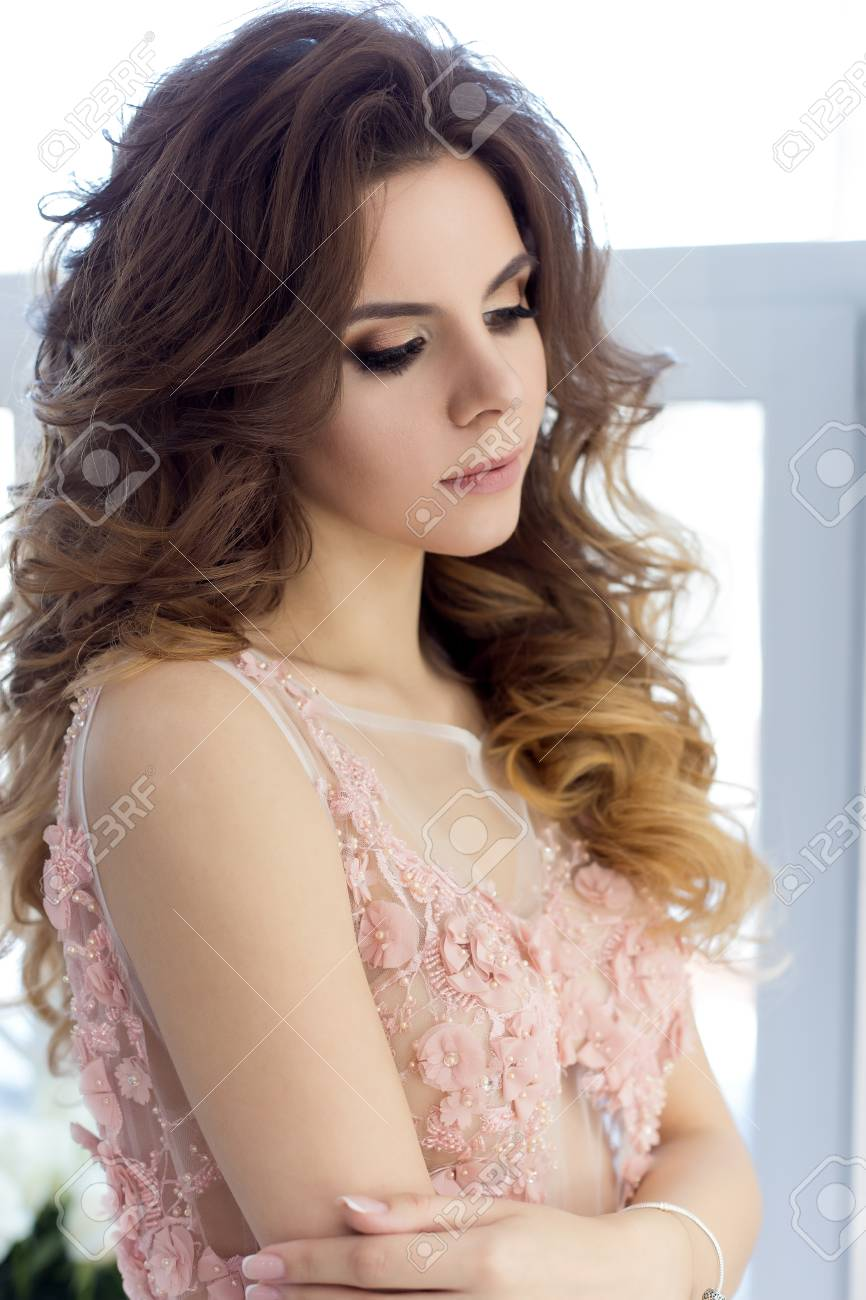 Schöne Süße Mädchen Braut In Einem Brautkleid Mit Einem Rosa Luft ...