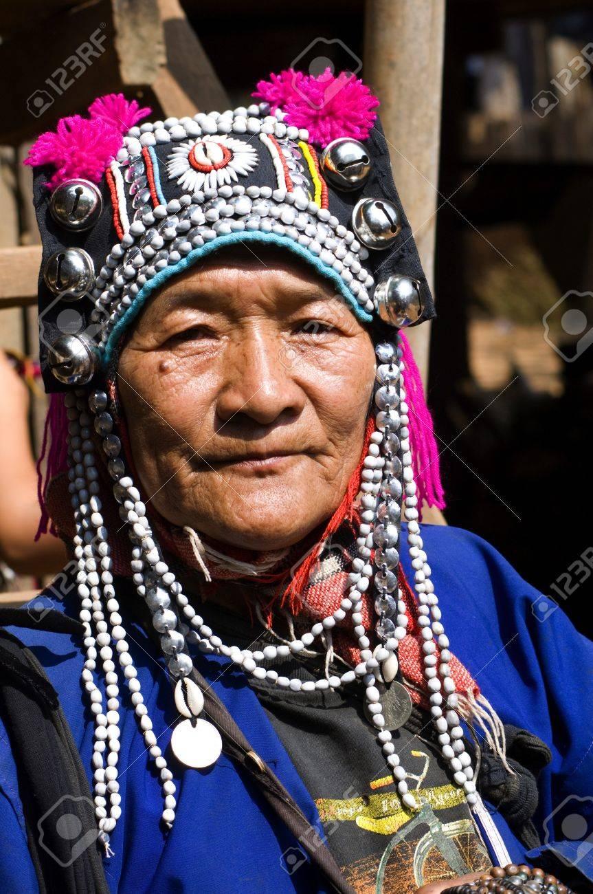 Tailandia, el retrato de una mujer Akha o kalo  Esta tribu vive en las  montañas de China, Laos, Myanmar y el norte de Tailandia  El tocado con  hileras