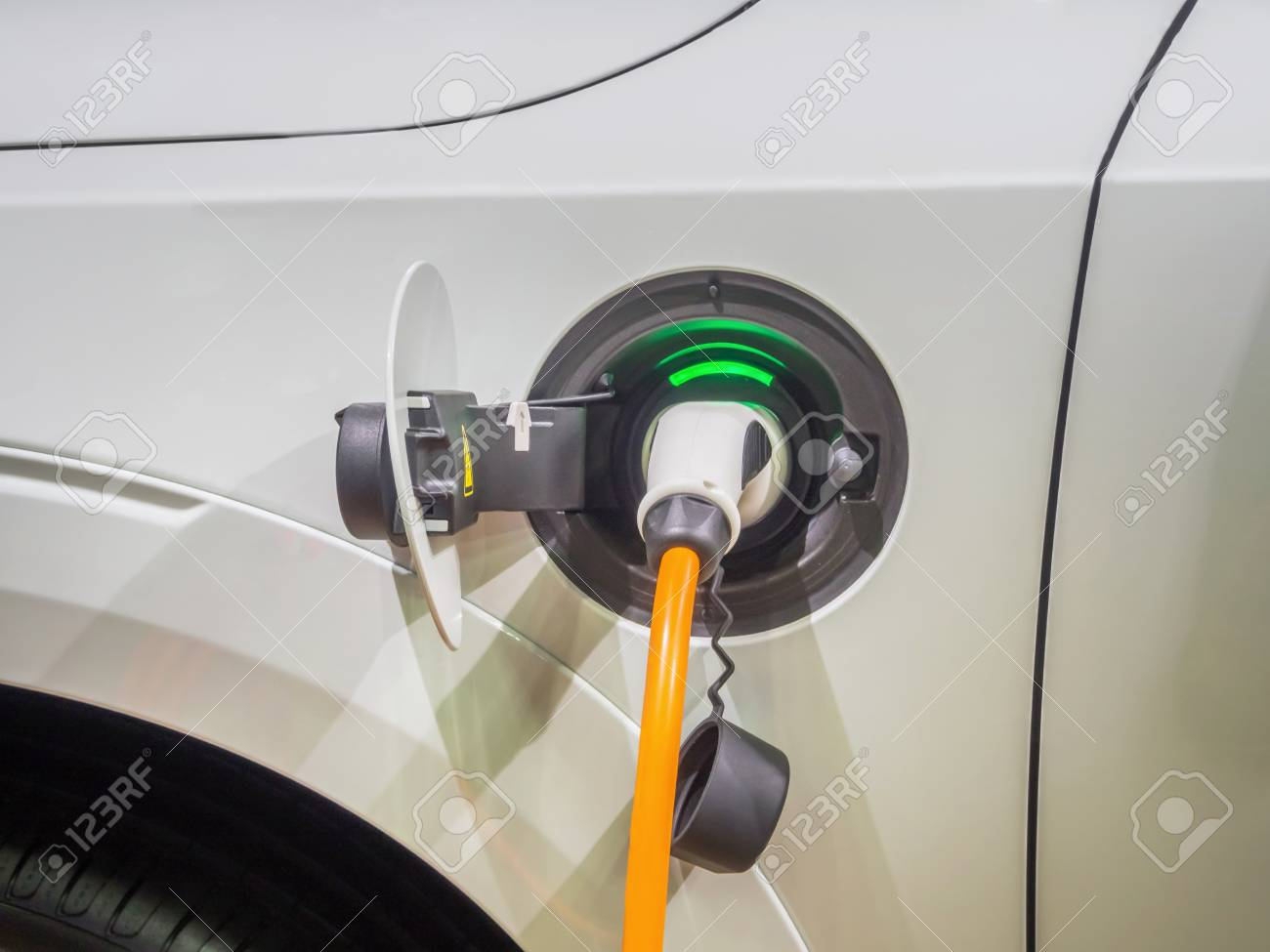 Een Elektrische Auto Opladen Met De Voedingskabel Aangesloten Op Het
