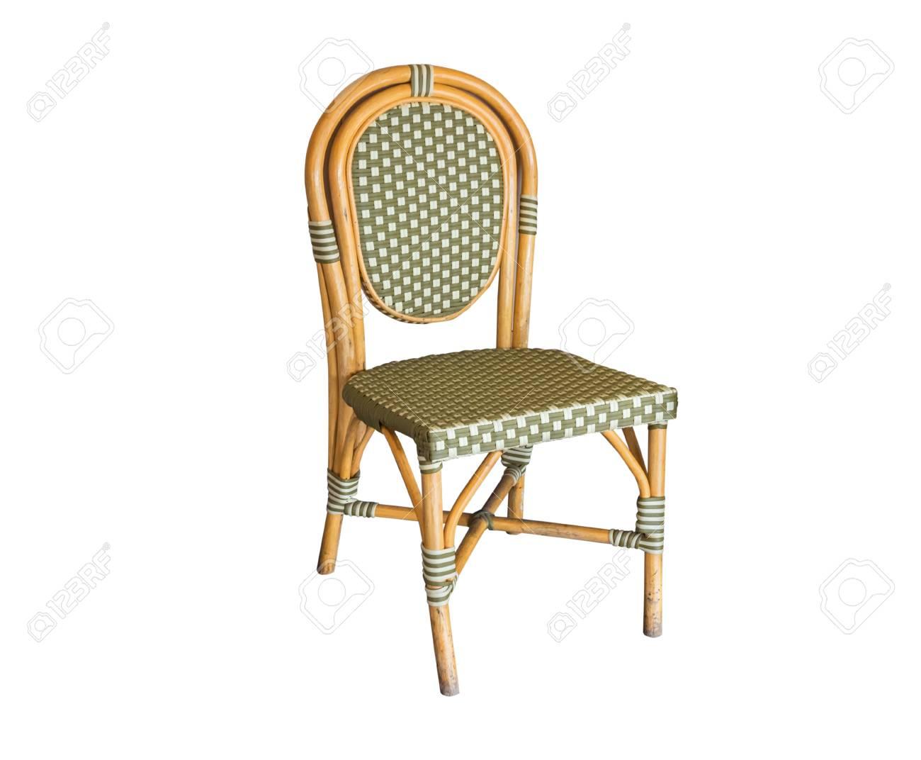 Kleurrijke rieten stoel, geïsoleerd op een witte achtergrond met uitknippad.